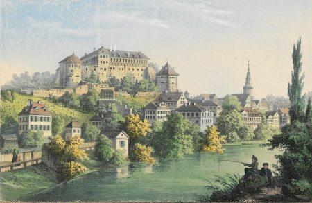 Schloss über einer Stadt am Fluss