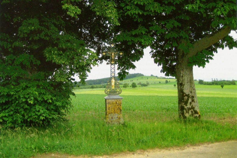 Feldkreuz zwischen Bäumen