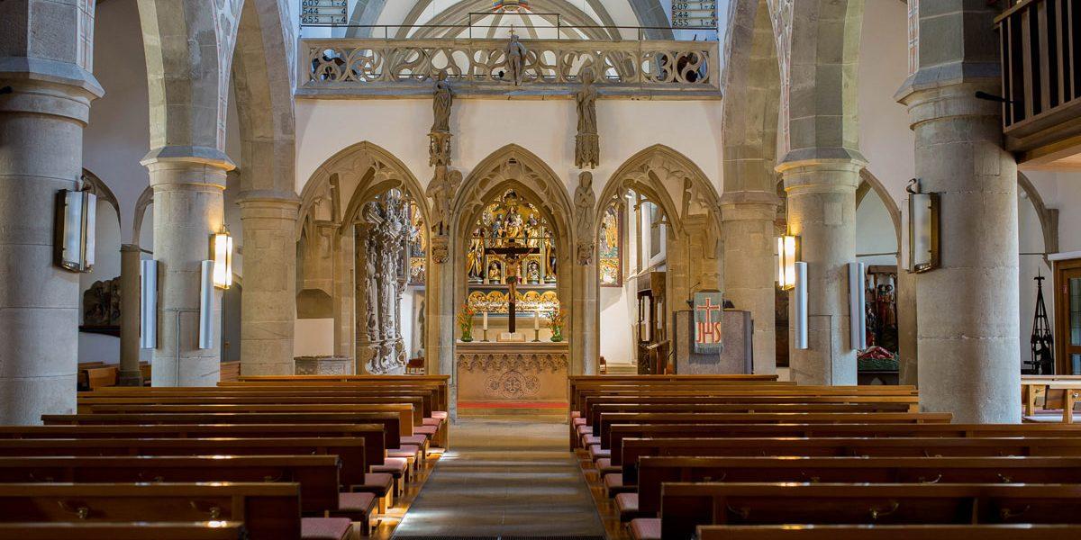 Blick auf einen Altar in einer Kirche