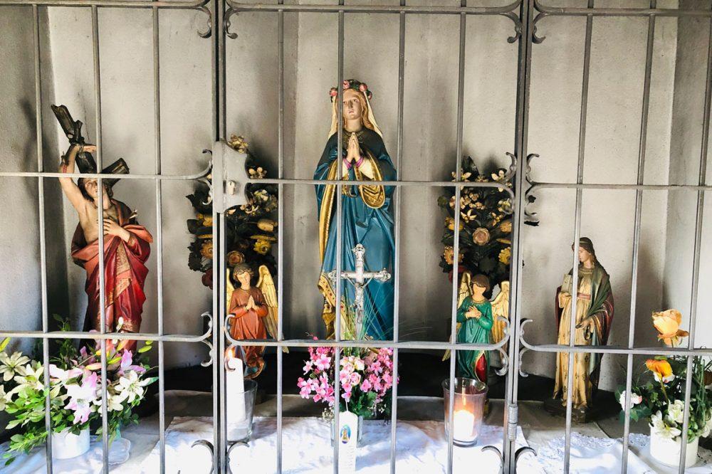 Figuren hinter einem Gitter