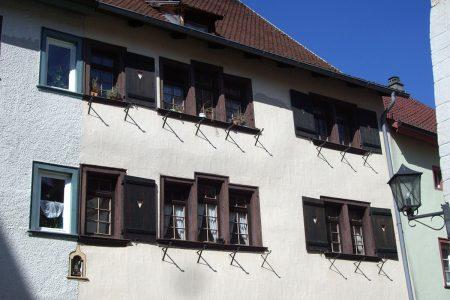 Fensterreihen an einem historischen Stadthaus