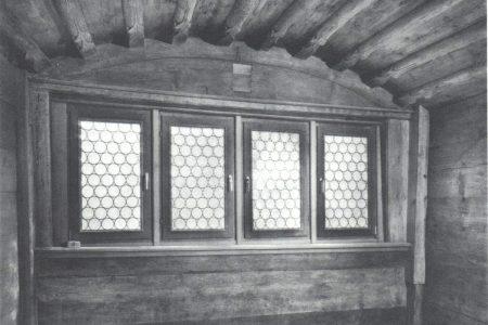 historischer Innenraum mit Holzdecke
