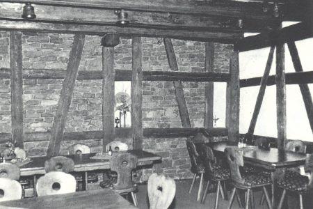 Gastraum in einem Lokal mit offener Holzkonstruktion