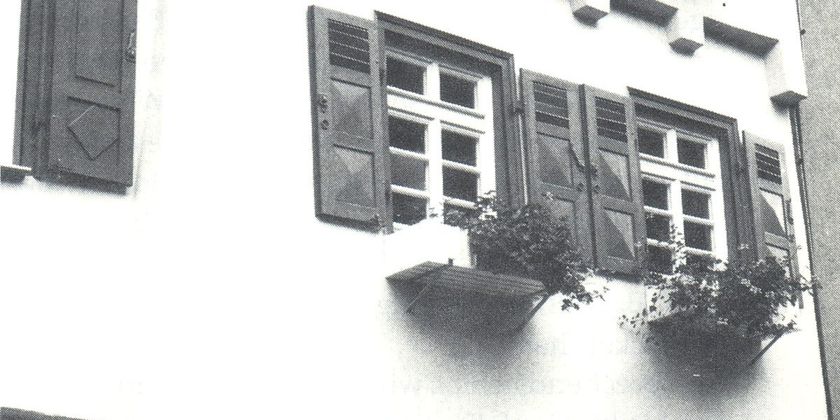 Detail eines historischen Gebäudes mit Balkenköpfen