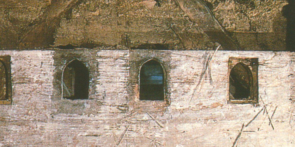 historische Wand mit Öffnungen