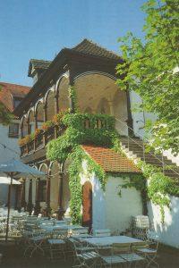 doppelgeschossiges Gebäude mit Loggia
