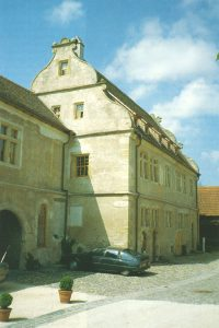Außenansicht eines historischen Schlosses aus Stein