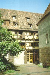 Außenansicht eines historischen Gebäudes mit Fachwerk