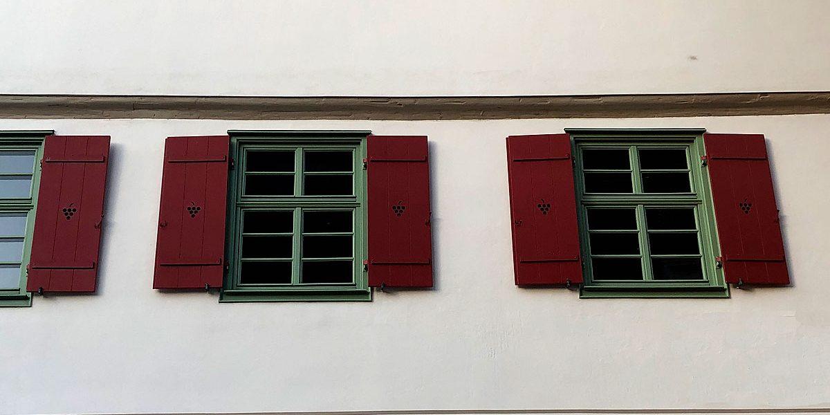 zwei historische Fenster