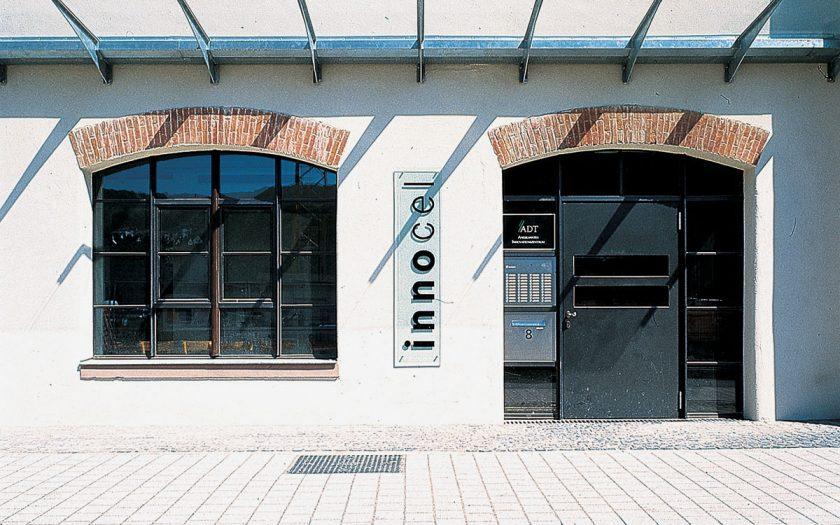 Tür und Fenster eines Fabrikgebäudes