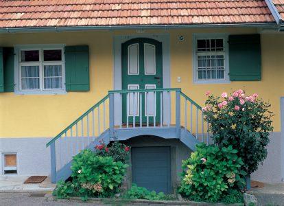 Eingangstreppe eines historischen Bauernhauses
