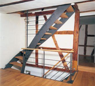 moderne Treppe vor einer Fachwerkwand