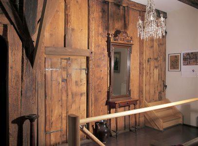 Holzwand in einem historischen Gebäude