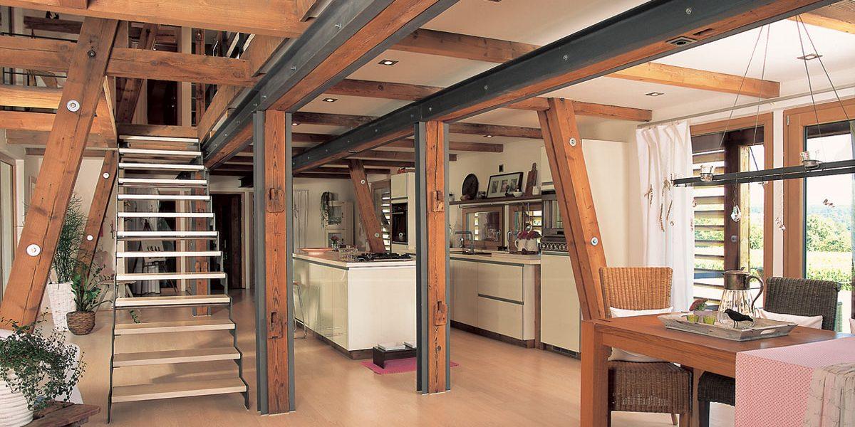 Innenraum mit offener Fachwerkkonstruktion