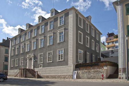 Vorderansicht eines historischen Gebäudes