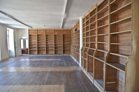Innenraum mit großen Bücherregalen