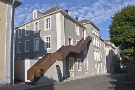 Rückansicht eines Gebäudes mit moderner Treppe