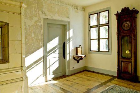 Alter Ruam mit Licht durch Fenster