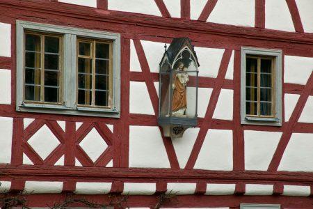 Figur an der Außenseite eines Gebäudes