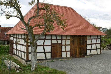 Außenansicht eines Fachwerkgebäudes ohne Fenster