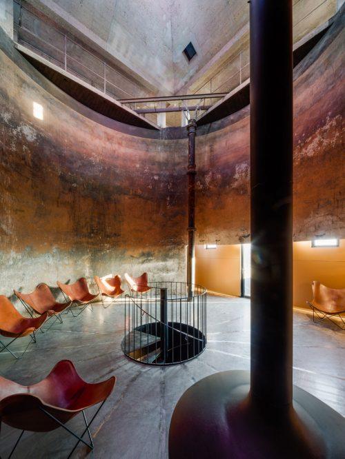 hohe Halle mit modernen Möbeln