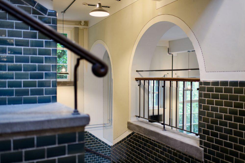 Treppenhaus mit gekachelten Wänden