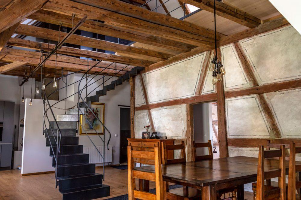 Dachraum mit Fachwerk und moderner Treppe