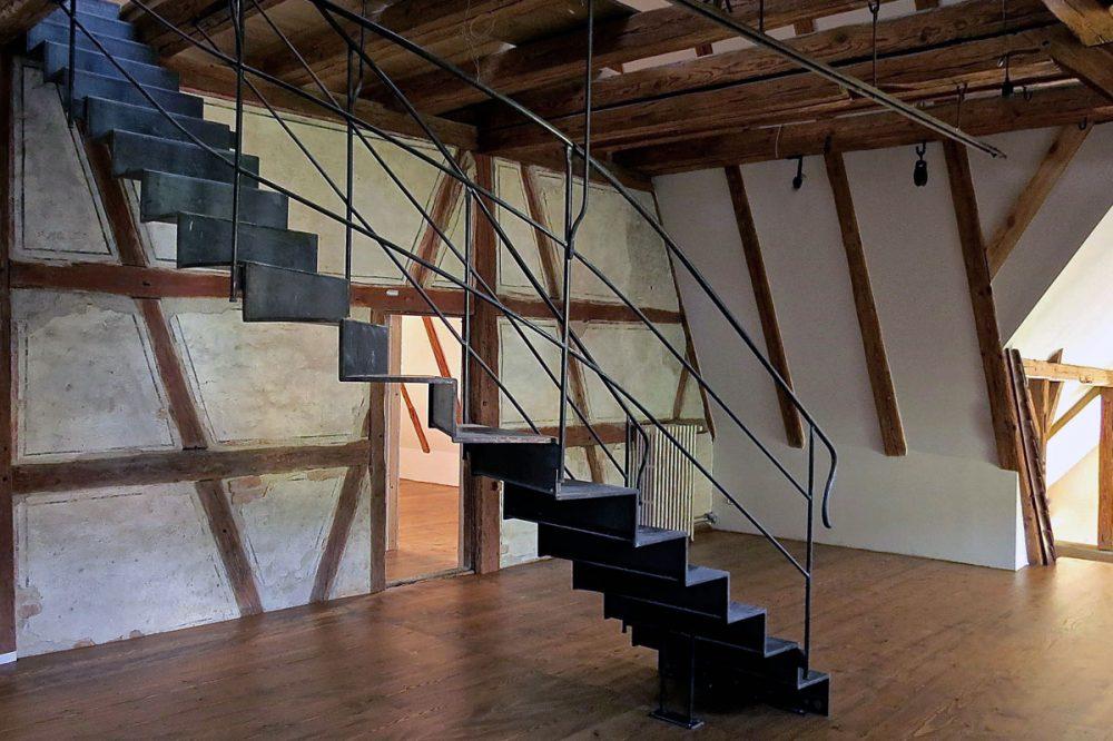 Innenraum mit Fachwerk und moderner Treppe