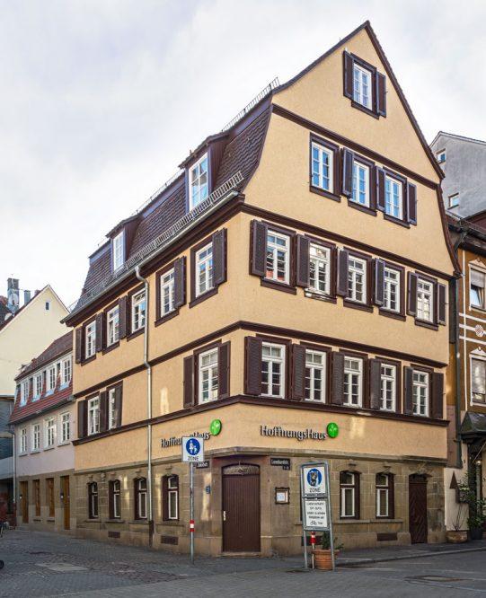 Gebäude mit barockem  Mandsarddach