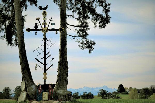 Kreuz zwischen zwei Bäumen