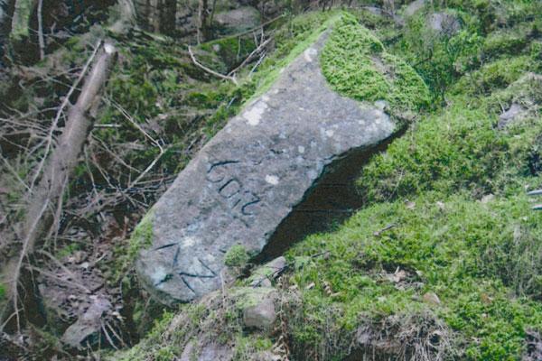 umgestürzter Grenzstein