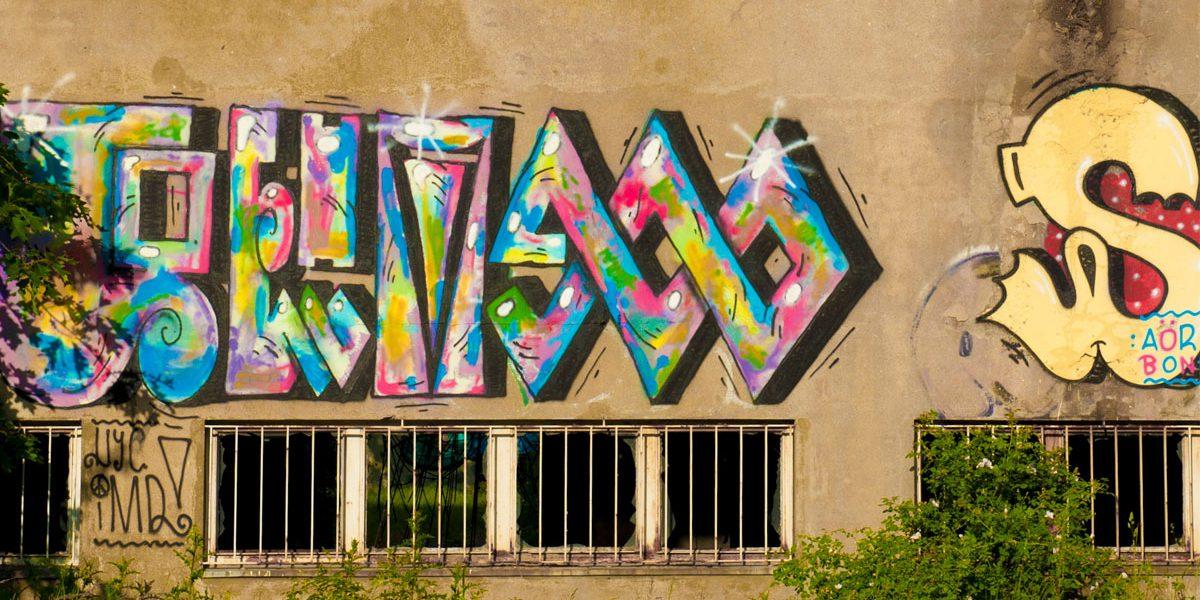 Farbige Buchstaben auf einem Gebäude