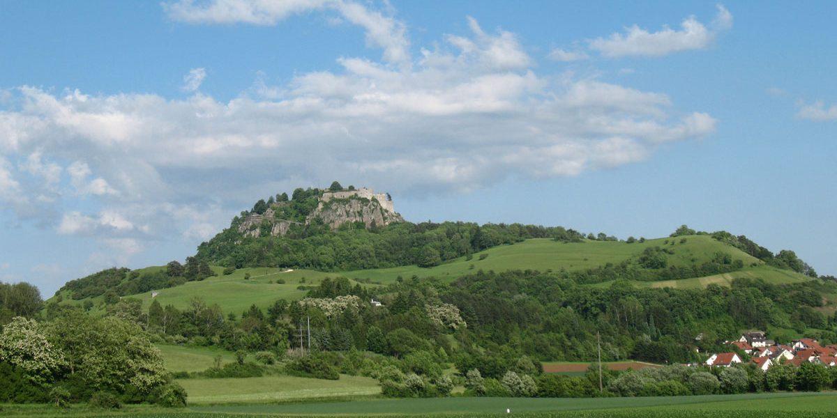 Burgruine auf einem Berg
