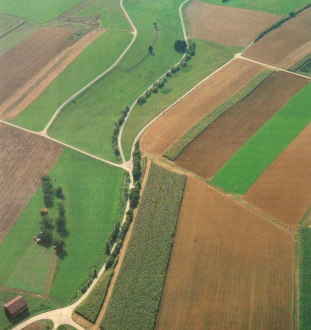 Luftbild eines Bachlaufs
