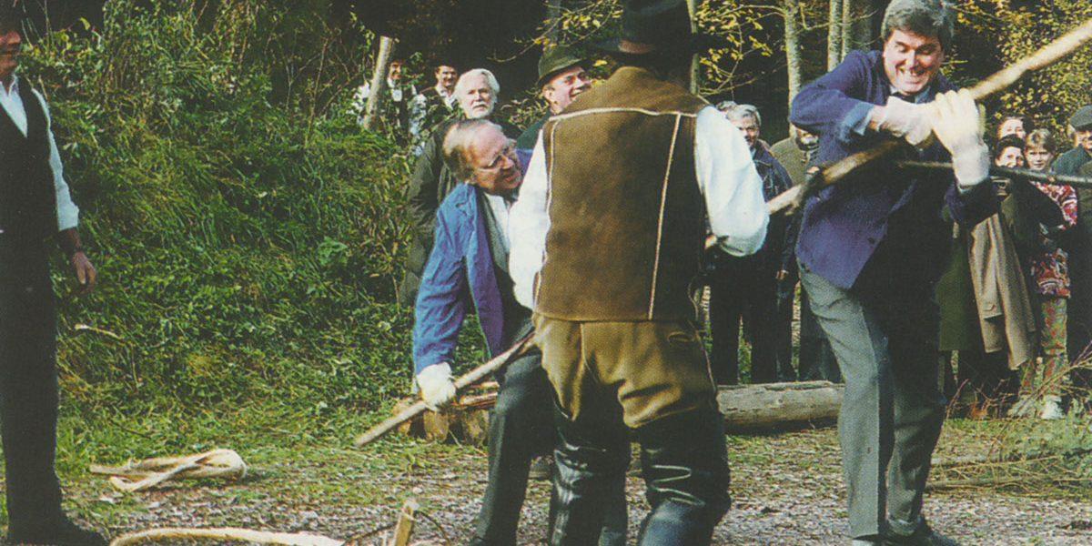 Männer mit einem langen Stock