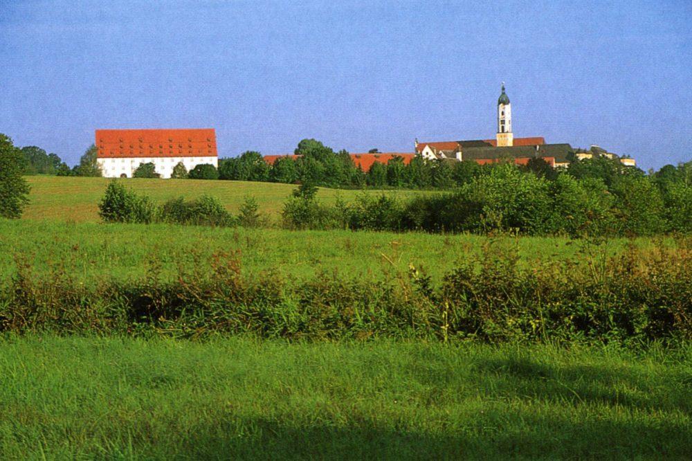Blick auf ein Dorf mit Kirche