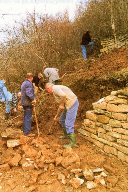 Personen reparieren eine Mauer
