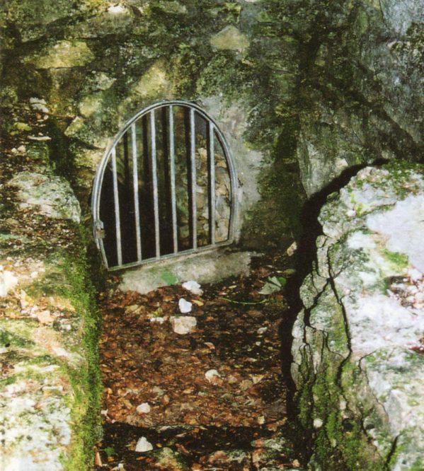Gitter vor einem Kellereingang