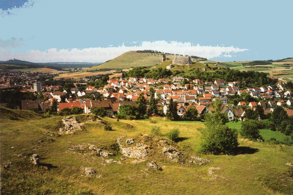 Blick auf ein Dorf mit Burgruine