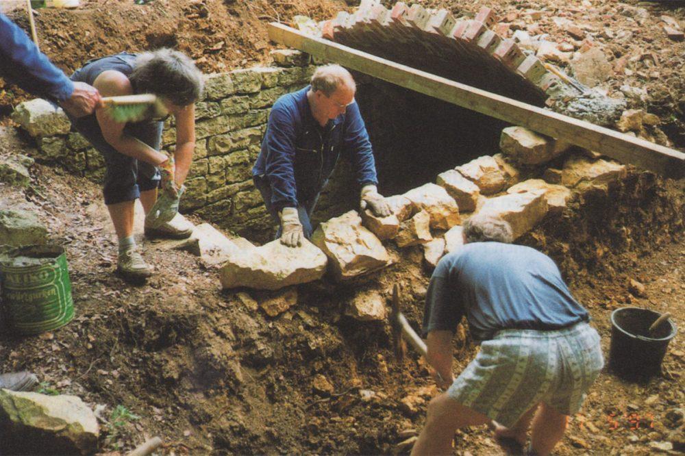 Personen reparieren ein Gewölbe