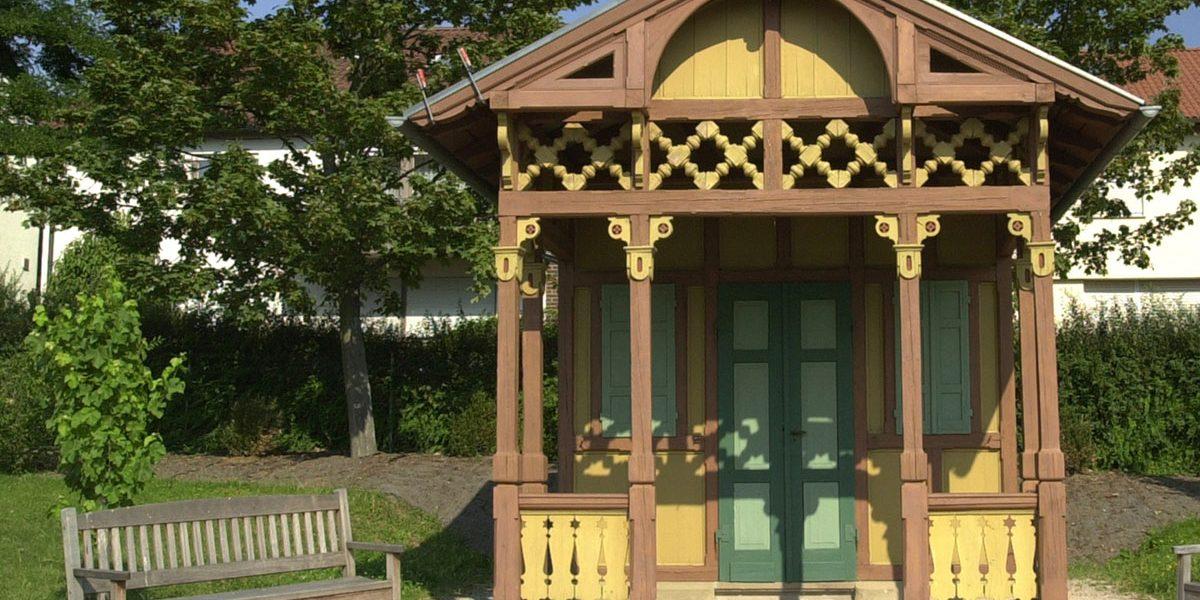 kleines Holzgebäude in einem Garten