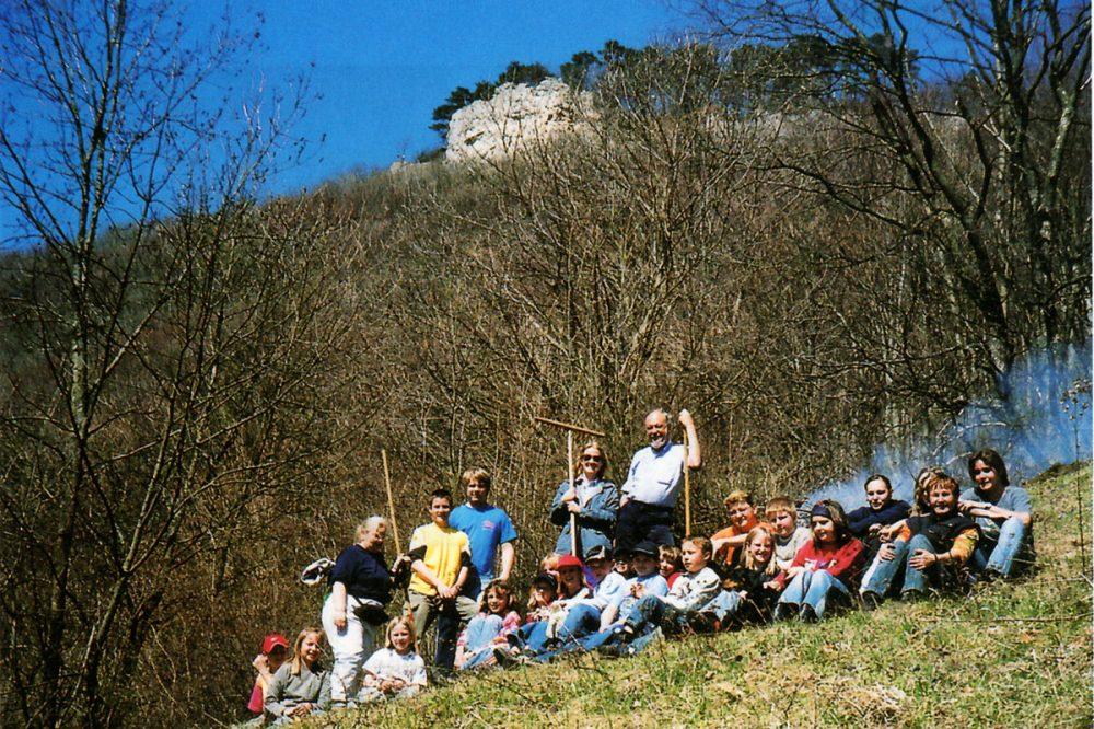 Jugendgruppe an einem steilen Hang