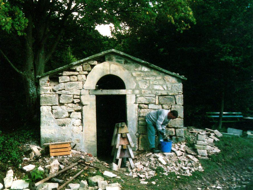Menschen reparieren ein Gebäude aus Stein