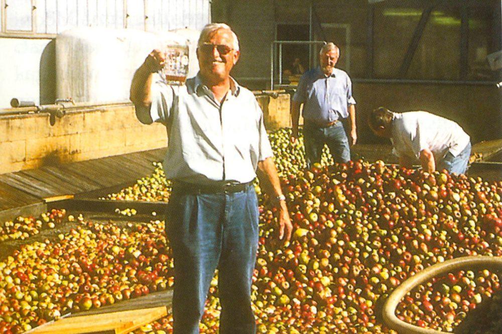 Menschen keltern Äpfel