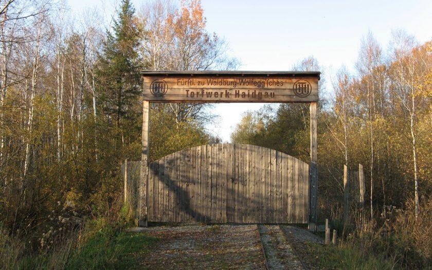 Tor zu einem Torfwerk im Wald