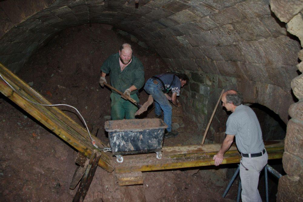 Männer in einem Gewölbekeller