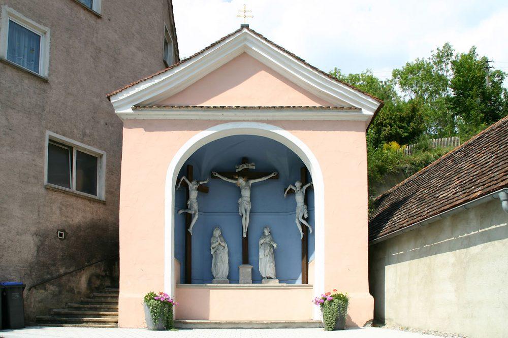 Kreuzigungsgruppe in einer Kapelle