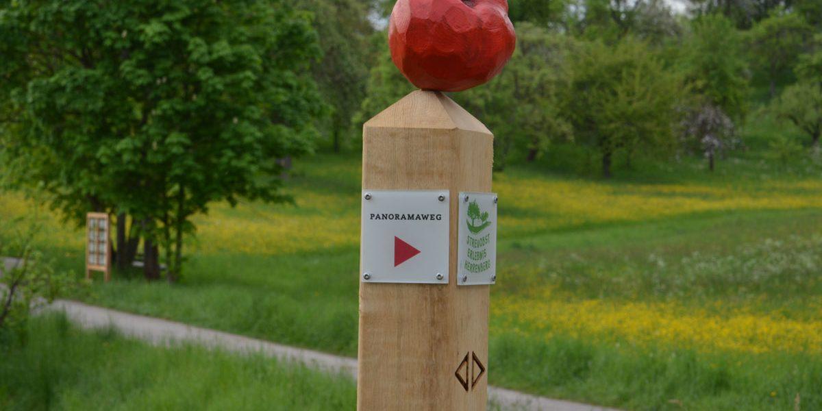 Skulptur mit einem Apfel aus Holz