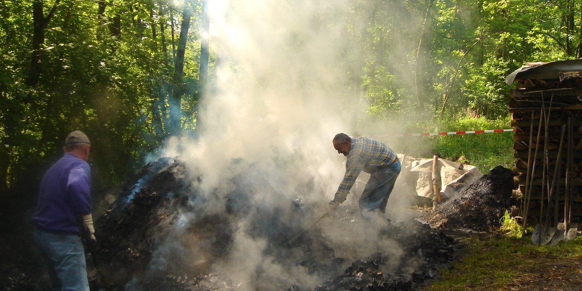 Männer inmitten von Rauch und Qualm