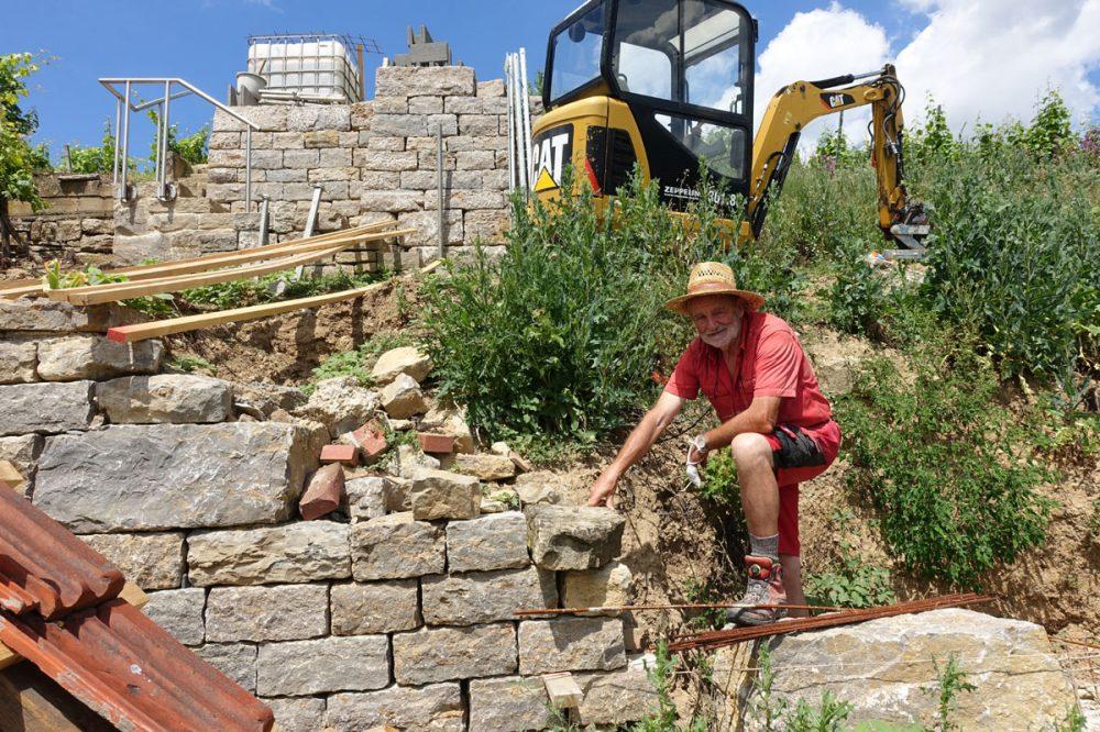 Mann repariert eine Mauer